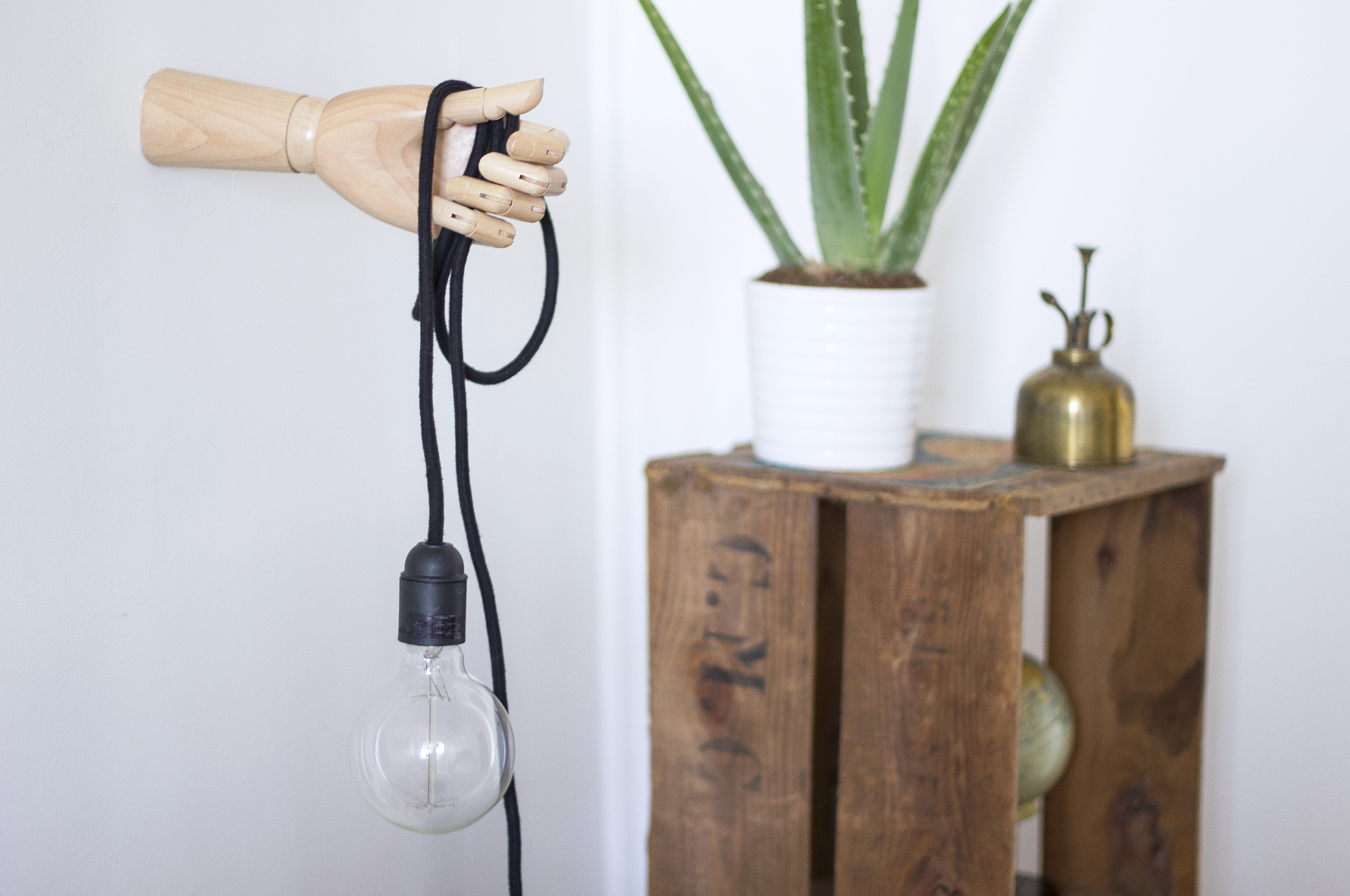 diy recyclez une main en bois comme lampe la d licate parenth se diy d co et inspiration. Black Bedroom Furniture Sets. Home Design Ideas