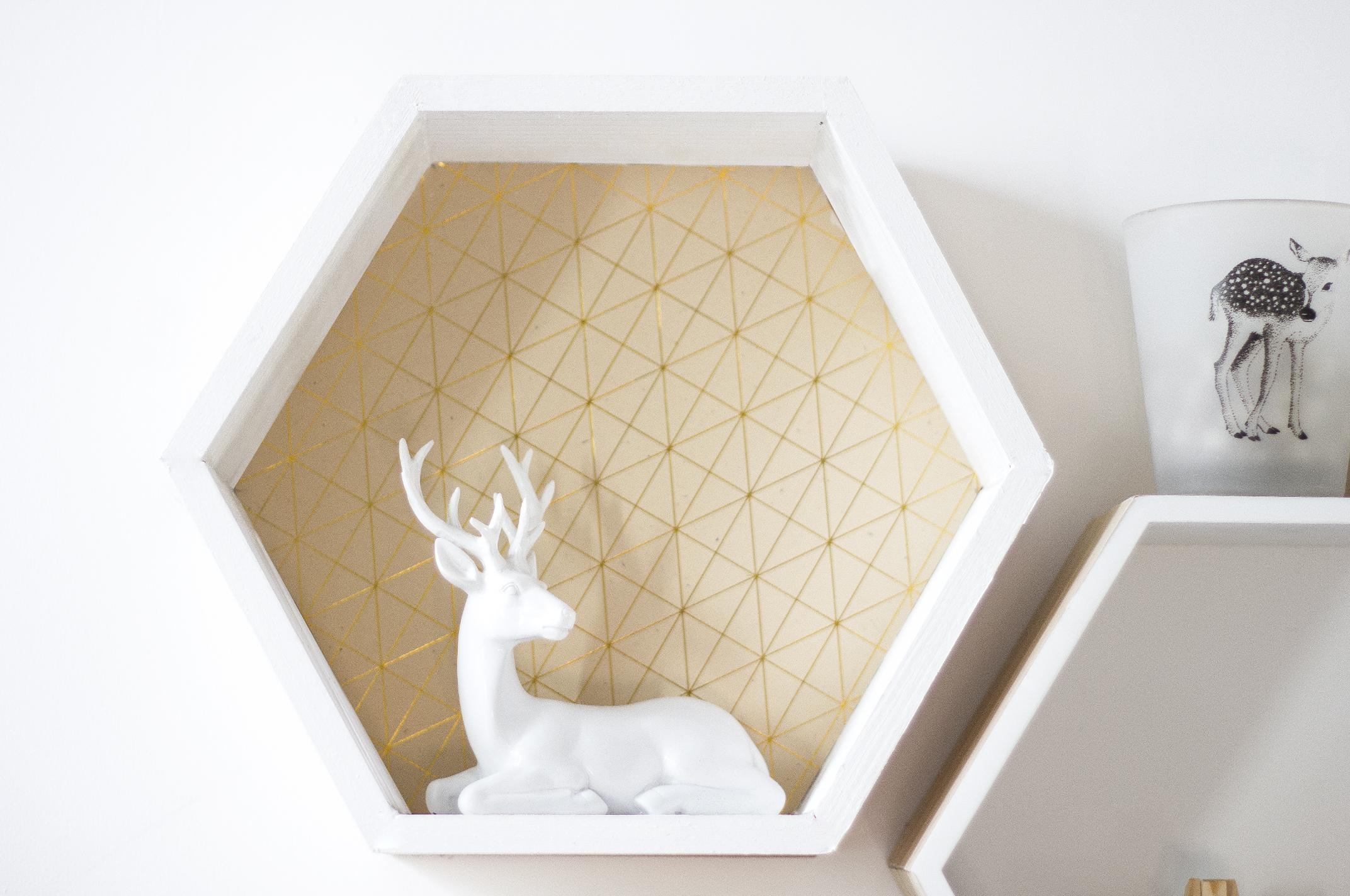 diy des tag res hexagonales pour son bureau. Black Bedroom Furniture Sets. Home Design Ideas
