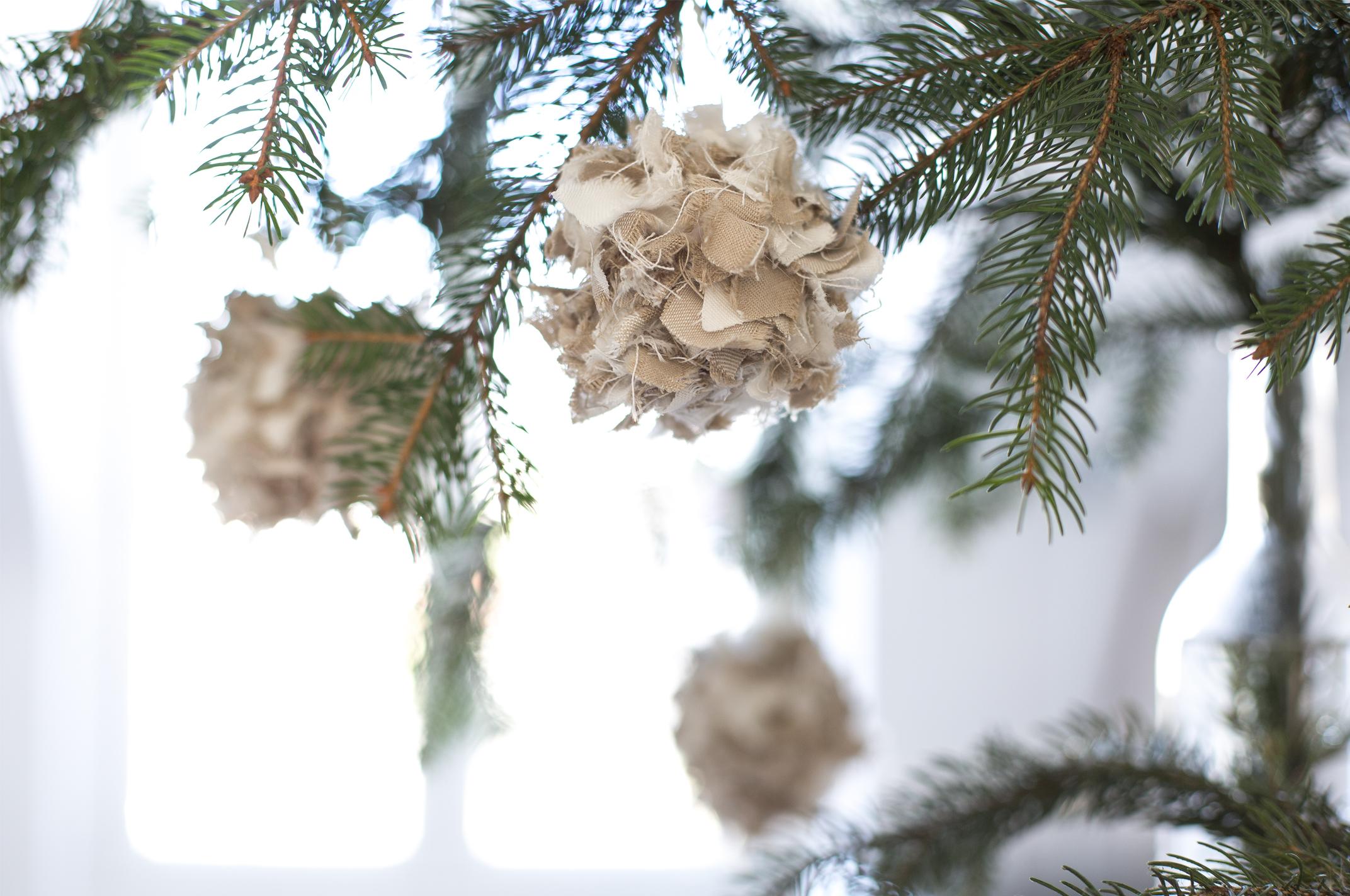 Diy des boules de noel en recyclant des chutes de tissus c 39 est possible avec le ikea hack - Boule de noel en tissu ...